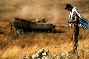 idf-soldier-praying-in-field-idf-spokesperson